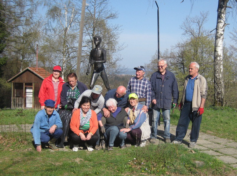 Ekipa pred spomenikom