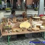 Stojnica s praktičnimi lesenimi izdelki