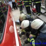 Pokazali so reševanje izpod težkega avtomobila ...