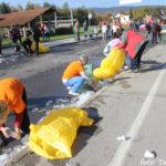 Cesta je bila hitro polna plastike.